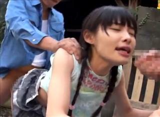 【○リ動画】幼すぎるパイパン三つ編み美少女と野外3P。犯罪の香りがすごいんですが・・・