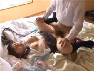 【女子校生動画】好きでもないおっさんにラブホに連れ込まれ、ガンガン犯される制服美少女・・