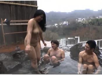 【ぽっちゃり】温泉旅行に行って露出調教を受けるデカパイ姉ちゃん!露天風呂で乱交します!