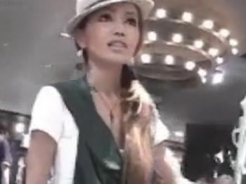 【パンチラ盗撮動画】ファッションセンス高めのギャル定員を密着してパンチラGET