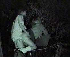 【野外セックス隠し撮り】ビッチJKが真夜中の公園でめっちゃ激しいバックで突かれて感じまくってるw