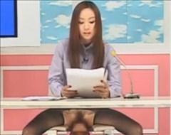 【エロ動画】立ちバックでぱんぱん犯されながら原稿を読む女子アナ