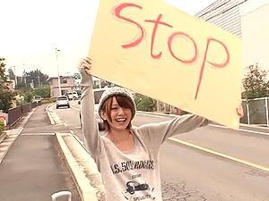 超キュート娘が「STOP」ボードを出して道端に!乗せるとカワイイ口で・・・www