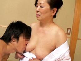 【初撮り】孫ほども年の離れた男優とのセックスで愛液垂らしながら感じる六十路熟女!