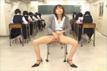 変態パンスト痴女教師が生徒達の背後でオゲレツ淫語で手コキ足コキ!