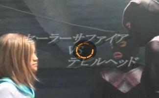 制服コスをした格闘お姉さんと、全身黒タイツのデビルヘッドの戦い。