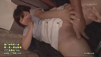 【痴漢】夜行バスで童顔の女子大生が痴漢に夜這いされて声を出せない状況でパイパンのオマンコや胸を弄り回され舐め回される