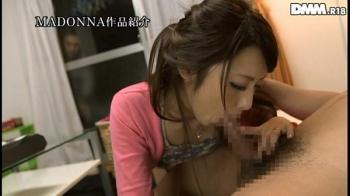 桜井あゆ バレないように隣人の男と浮気をしちゃうスケベな人妻