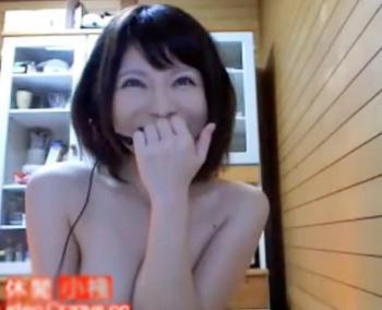 《ライブチャット》何年もエッチしていない全裸の沖縄美女が明日漫喫に行くのでユーザー誘ってるwww