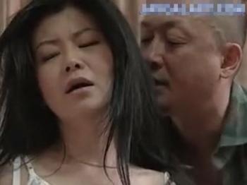 【ヘンリー塚本】ナンパされ即性交を期待してしまう淫乱熟女!初対面の男二人と不倫セックス!