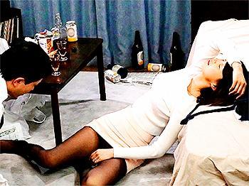 【人妻NTR】泥酔して間違って隣の家に帰宅した美人妻…結局朝が来るまで隣人男性と浮気セックスでハメまくり悶絶!