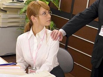 「これで契約してくれますよね?」巨乳おっぱいの保険販売員が枕営業⁉手コキ&フェラ抜きから自宅訪問で挿入までする淫乱ビッチ