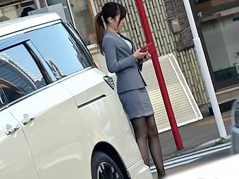 『素人(^^♪』すごぃ~御脚キレイ!お仕事中の美女を車中エチにお誘いしたら外に漏れちゃうほどアヘ声連発しちまったwwww