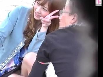 【HD盗撮動画】イイやつです!奇跡的パンチラ映像!子連れ美人ママの無防備な股間を見放題!