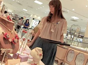 【盗撮動画】イイやつです!可愛いと奇麗とややギャルを兼ね備えた美人ショップ店員のパンチラ!