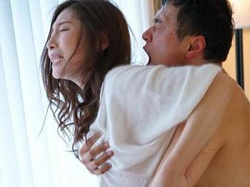人妻熟女が禁欲生活を続けた結果…我慢できずに求めあってしまう!誘惑された男は生挿入で膣内にザーメン中出し!