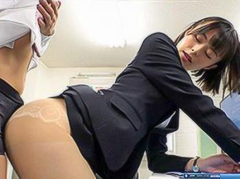 『凄い擦れてるね…♥♥』スレンダーでキレイな女上司のパンティ越しの素股でイカされちゃう!!
