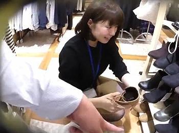 【盗撮動画】好感度抜群なショップ店員のお嬢さんのパンチラを正面&逆さ撮りで隠し撮り!!